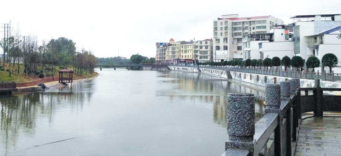 在社港镇,捞刀河景观带已经成了居民休闲的好去处.记者沈阿玲