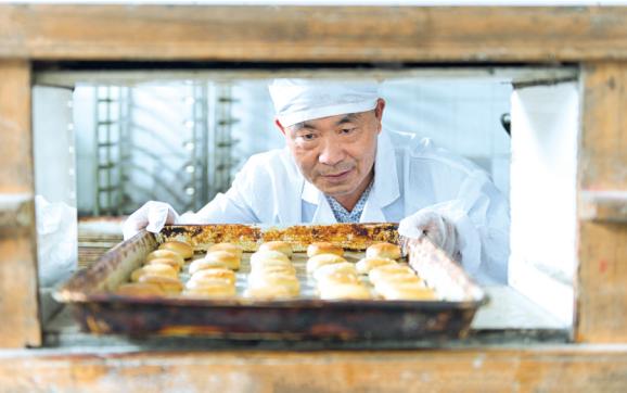 澳门网上投注官网油饼传承人彭长林:指尖老手艺,舌尖老味道