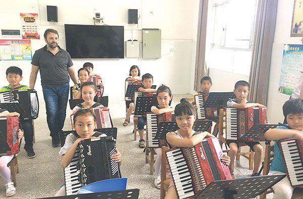 """14个孩子弹奏手风琴,意大利演奏家直呼""""惊喜"""""""