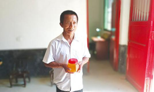 发展产业脱了贫,主动照顾村里老人