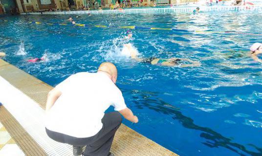 游泳池里总有股消毒水味,对身体有影响吗?