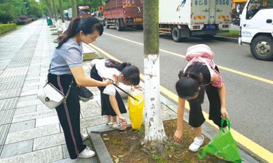 """浏阳街头有支""""火钳小分队"""",12名孩子2公里捡1500个烟头"""