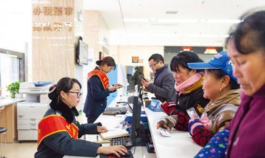 工作人员提前到岗,一天办理业务近千件