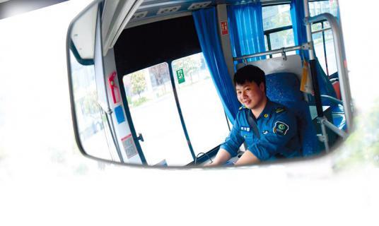 """25岁公交司机""""走红"""",粉丝微信分享车厢正能量"""