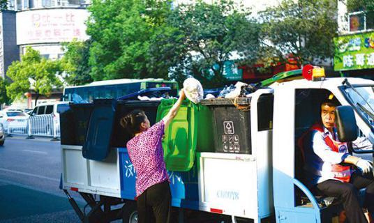 定时定点收集垃圾,环卫工人与商户有了默契
