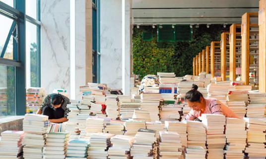 书香充盈图书馆