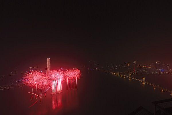 """近年来,浏阳花炮与旅游深度结合,成效显著。在今年花炮文化节期间,浏阳将花炮与全域旅游深度融合,打造""""一河诗画、满城烟花""""城市形象。与此同时,浏阳花炮主动走出去,在长沙打造出了举世闻名的""""橘洲焰火"""",在助推长沙旅游产业发展起到了积极作用。另外,浏阳各大花炮企业也在不断探索与国内外知名景区景点的有效嫁接,通过打造大型烟花实景表演、小型创意音乐烟花表演等常态化烟花文旅项目,走出精品文旅焰火发展道路。(高雨)"""