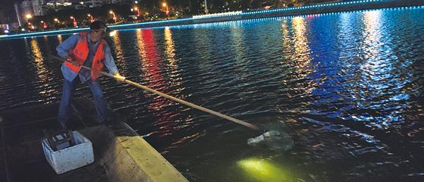 """浏阳河上夜间保洁让""""水清岸绿、人水和谐"""""""